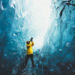 在冰岛的水晶冰洞