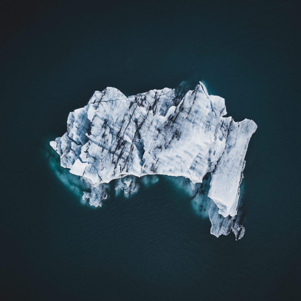 在冰川泻湖的冰山