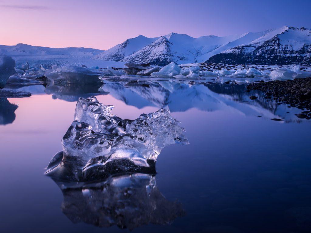 位于冰岛孤独的冰山漂浮在冰川泻湖Jökulsárlón。